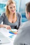 Finanzberater mit einem Kunden Lizenzfreie Stockfotos