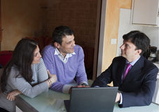 Finanzberater mit erwachsenen Paaren Lizenzfreies Stockbild