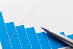 Finanzbericht und Grafiken für Geschäft Lizenzfreie Stockbilder