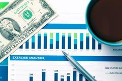 Finanzbericht und Grafiken für Geschäft Lizenzfreie Stockfotos