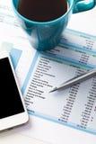 Finanzbericht und Grafiken für Geschäft Stockfotografie