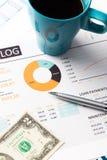 Finanzbericht und Grafiken für Geschäft Stockbilder
