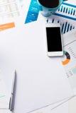 Finanzbericht und Grafiken für Geschäft Lizenzfreie Stockfotografie