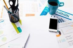 Finanzbericht und Grafiken für Geschäft Stockfotos