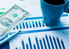 Finanzbericht und Grafiken für Geschäft Stockbild