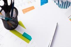 Finanzbericht und Grafiken für Geschäft Stockfoto