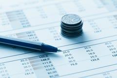 Finanzbericht und Grafiken für Geschäft Lizenzfreies Stockbild
