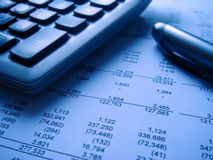 Finanzberichte mit calcu Lizenzfreie Stockfotografie