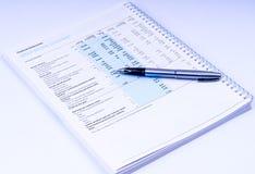 Finanzberichte mit Stift Lizenzfreies Stockfoto
