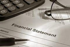 Finanzberichte und Feder Lizenzfreies Stockfoto