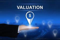 Finanzbewertungsknopf auf unscharfem Hintergrund lizenzfreie stockfotografie