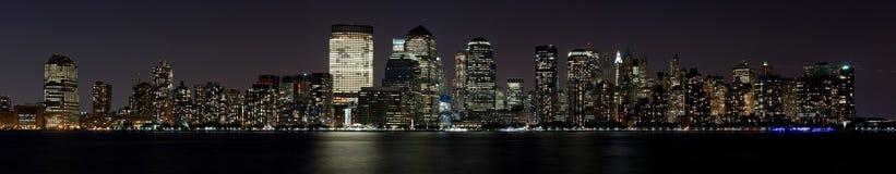 Finanzbezirk Manhattan nachts über Hudson Lizenzfreie Stockbilder