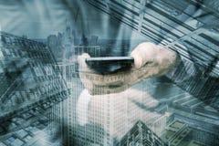 Finanzbezirk und Geschäftsmann, der Telefon verwendet stockbilder