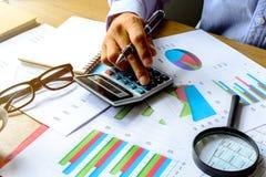 Finanzbuchhaltung des Schreibtischbürogeschäfts berechnen, stellen analy grafisch dar Stockfotografie