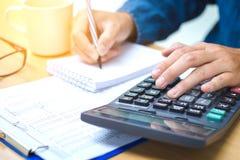 Finanzdaten, die Handschrift analysieren und auf Taschenrechner zählen Lizenzfreies Stockfoto