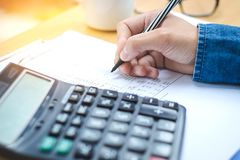 Finanzdaten, die Handschrift analysieren und auf Taschenrechner zählen Stockbilder