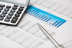 Finanzdaten, Rechner und Feder Lizenzfreie Stockfotos