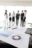 Finanzdaten und Geschäftsleute Stockfotografie