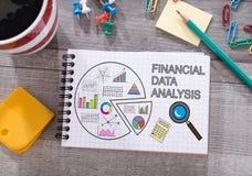 Finanzdatenanalysekonzept auf einem Notizblock Stockbilder