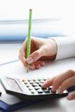 Finanzdatenanalysieren. Zählung auf Taschenrechner. Lizenzfreie Stockfotografie