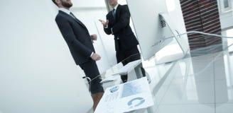 Finanzdiagramm auf dem Desktop im Büro Stockfotos