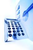 Finanzdiagramm auf einem Büroschreibtisch Lizenzfreies Stockbild