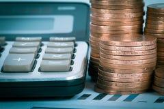 Finanzdiagramm mit Taschenrechner und Münzen Stockfotografie