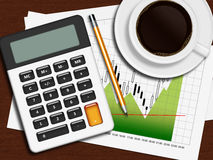 Finanzdiagramm, Taschenrechner und Bleistift, die auf hölzernem Schreibtisch in O liegt Stockfotografie