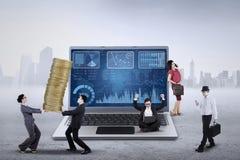 Finanzdiagramm und beschäftigte Unternehmer Stockbilder