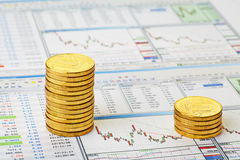Finanzdiagramm und goldene Münzen. Halt-Verlust. Stockfotos