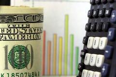 Finanzdiagramm und US-Bargeld hundert Dollar Stockbilder