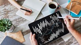 Finanzdiagramme und Diagramme auf Schirm Handel der Devisen und der Börse Anlagenrendite lizenzfreie stockbilder
