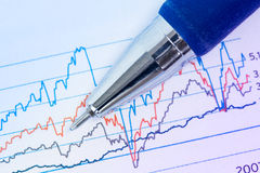 Finanzdiagramme und Stift Stockfotos