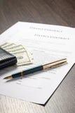 Finanzdokument mit Geldbörse, Geld und Füllfederhalter Lizenzfreies Stockbild
