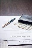 Finanzdokument mit Geldbörse und Füllfederhalter Stockbilder