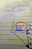 Finanzdokumente mit Zahlen für Einsparungen oder Einkommen-Person Stockbild