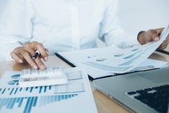Finanze che conservano concetto di economia Uso femminile del banchiere o del ragioniere fotografie stock libere da diritti
