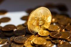 Finanze del futuro - cryptocurrency di Bitcoin Lusso dorato di scintillio fotografia stock libera da diritti