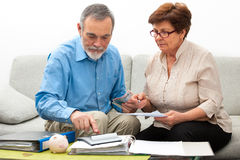 Finanze domestiche calcolarici delle coppie Fotografia Stock