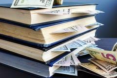 Finanze domestiche Risparmio di pensionamento Libro con soldi dentro fotografia stock libera da diritti