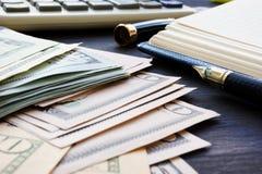 Finanze personali Banconote, blocco note e calcolatore del dollaro immagine stock