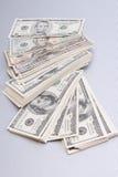 Finanzen. großer Stapel des Geldes über Tabelle lizenzfreies stockfoto