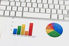 Finanzfarbgraphiken mit einer Computertastatur lizenzfreie abbildung