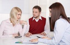 Finanzgeschäftstreffen: junges verheiratetes Paar - Berater und c Lizenzfreie Stockfotografie