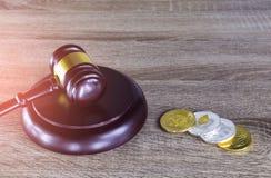 Finanzgesetzkonzept Digital , Hammer und Digital-Münze auf Holz Stockbilder