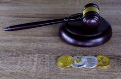 Finanzgesetzkonzept Digital , Hammer und Digital-Münze auf Holz Stockfotografie