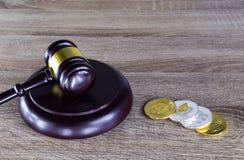 Finanzgesetzkonzept Digital , Hammer und Digital-Münze auf Holz Lizenzfreie Stockfotos