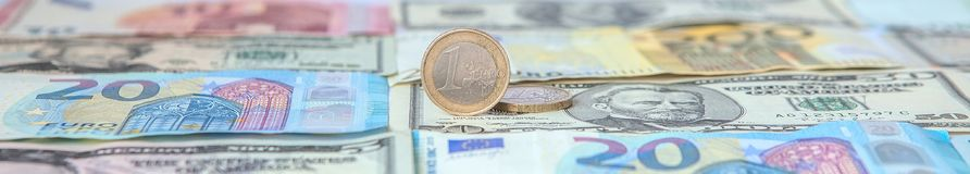 Finanzherrschaft: Ein Euro in einem Laster vor dem hintergrund des amerikanischen Dollars und Euro mit Raum für Text Lizenzfreie Stockbilder