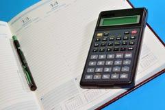 Finanzhilfsmittel, Tagesordnung, Feder und Rechner lizenzfreies stockbild