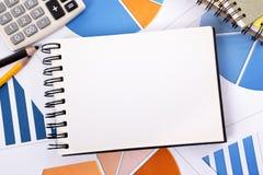 Finanzhintergrund mit leerem Notizbuch Stockfotografie